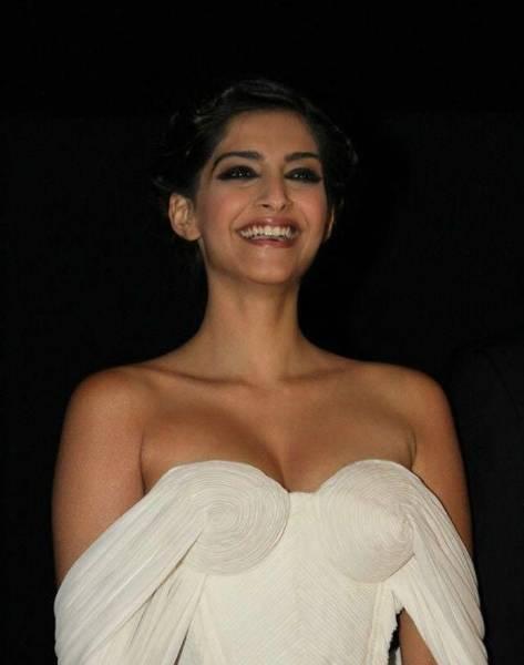 Sonam Kapoor Height Weight Age Bra Size Affairs Body Status