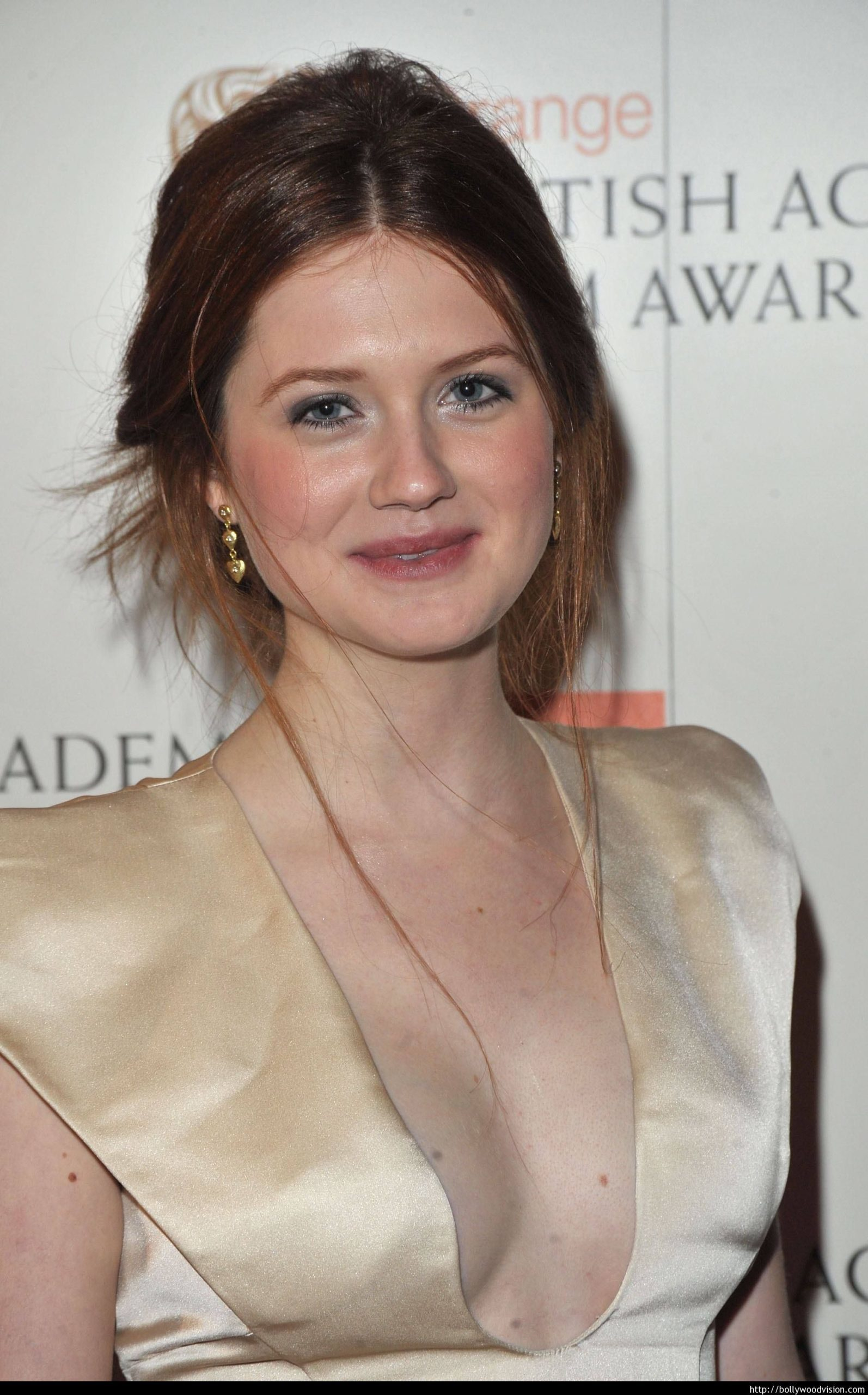 bonnie-wright-height-weight-age-bra-size-affairs-body-stats-bollywoodfox-2