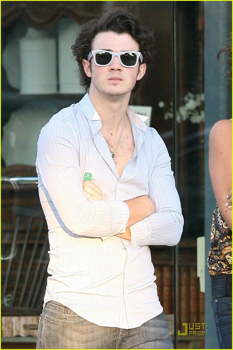 kevin-jonas-height-weight-age-affairs-body-status-bollywoodfox-2