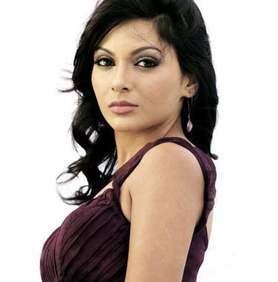 mrinalini-sharma-height-weight-age-bra-size-affairs-body-stats-bollywoodfox-2