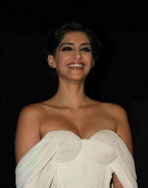 sonam-kapoor-height-weight-age-bra-size-affairs-body-status-bollywoodfox-2